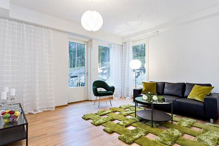 Vihreällä matolla metsämäinen tunnelma olohuoneeseen.