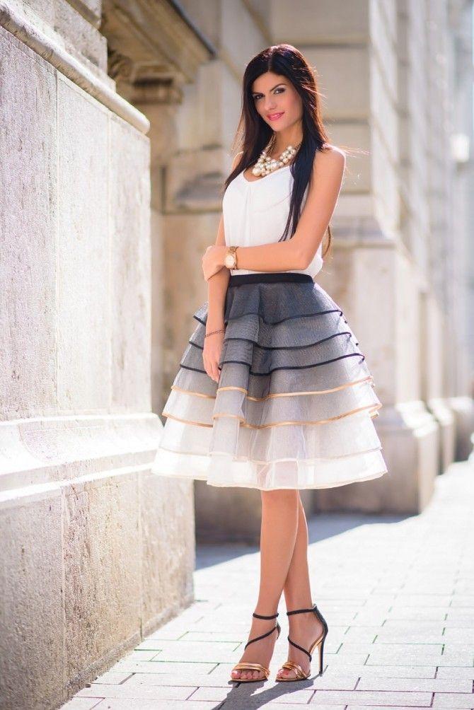 A fekete és ekrü rakott tüll szoknya arany szegéssel ötvözi az elegáns anyagot a különleges formavilággal. A bátrabb és merészebb hölgyek nemcsak magas és....