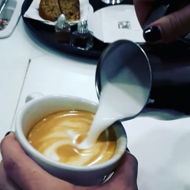 Latte art ☕ #sweetstory #glikiaistoria #sweet #oldfaliron #palaiofaliro #icecreamshop #coffeelovers #coffeeaddict #hausbrandt @hausbrandt_gr
