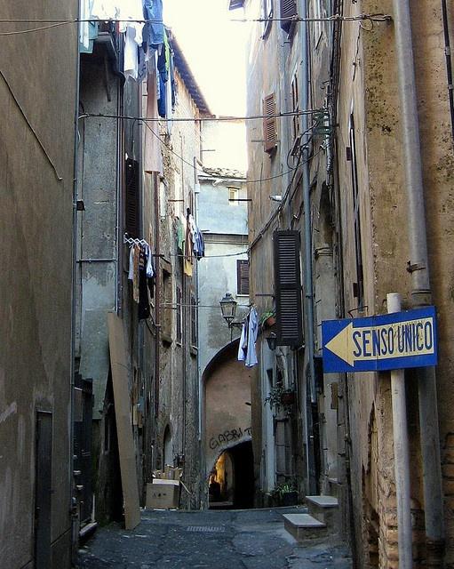 Uno scorcio tipico di Zagarolo, i vicoli che si snodano dalla via principale del paese