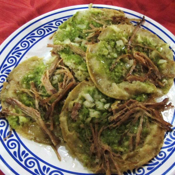 Chalupas en Puebla.  Riquísimo antojito mexicano que puede ser acompañado de salsa verde o roja  http://www.onfan.com/es/especialidades/puebla/fonda-santa-clara/chalupas-1?utm_source=pinterest&utm_medium=web&utm_campaign=referal