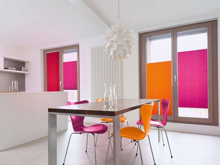 Δεν είναι στόρια, ούτε κουρτίνες. Υπάρχουν σε πολλά χρώματα και σχέδια, και διαθέτουν μηχανισμό που ελέγχει απόλυτα τη φωτεινότητα στον χώρο. Είναι τα plissee panels σκίασης! Θα τα βρείτε στο Moketino Living (Κηφισίας 228, Κηφισιά).
