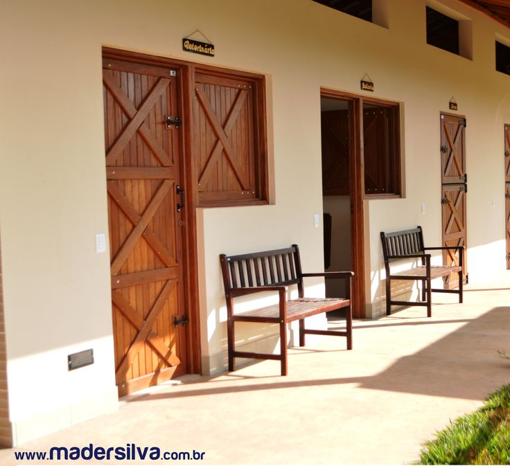 Portas e Janelas para Baia fabricadas sob medida para o Haras Coração de Cavalo em Salto-SP e também com o charme do Banco de Jardim MS Imbuia.