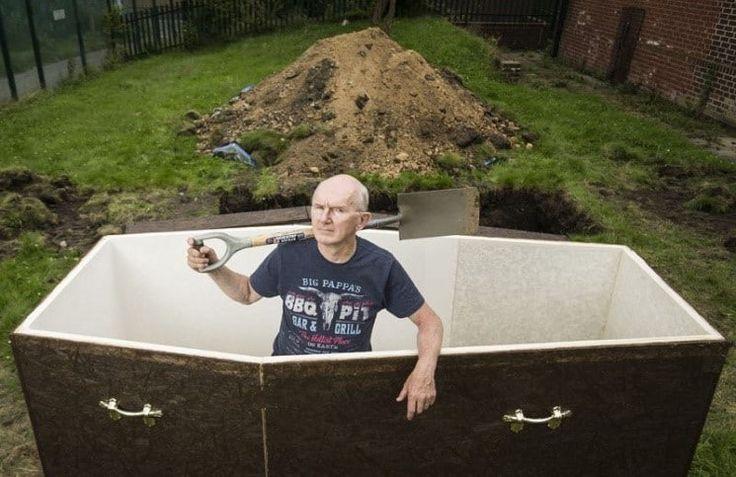 1 марта 2017 года 61-летний ирландский пастор John Edwards был заживо похоронен в Белфасте. Вы не поверите, но после того, как была вырыта глубокая яма и сколочен гроб, пастор попрощался со своей женой и лёг в этот гроб, который опустили в яму, засыпали землёй и поставили памятник с надписью John Ed