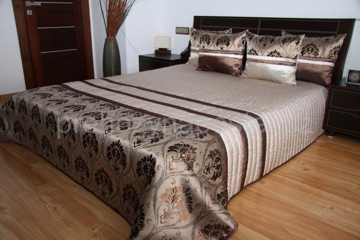 Béžové přehozy přes postel s hnědým vzorem