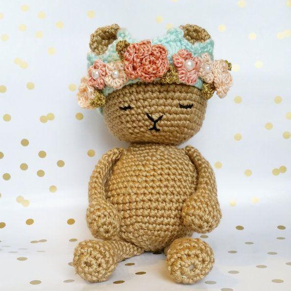 Real oso con corona de flores de ganchillo / por sideprojectsdesign