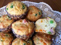 I muffin salati con piselli e prosciutto sono dei divertenti antipasti finger food da servire durante feste e aperitivi con gli amici, cene a base di piatti freddi oppure gite fuori porta. Una ricetta molto versatile da personalizzare secondo i gusti.