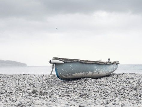 Boat at Beach in Devon Photographie par Simon Plant sur AllPosters.fr