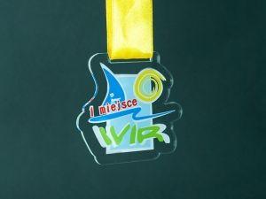 Klasyczny medal dla sportowców .Bardzo pomysłowy i przejrzysty wykonany z przezroczystej pleksi i kolorowego nadruku.