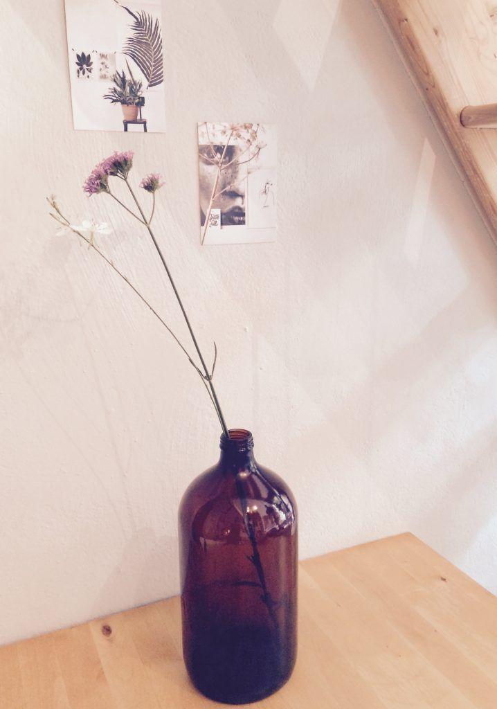 Apothekersfles # 13 Deze toffe apothekersfles kan niet ontbreken in je interieur, zet de fles op je salontafel of dressoir als stijlvolle woonaccessoire. Zelfs zonder tak of bloem valt deze vaas op in je interieur. De fles is gemaakt van glas in een mooie bruine transparante kleur. * Afmeting: 30 cm, Ø 13 cm * Materiaal: Glas * Prijs: € 19,95