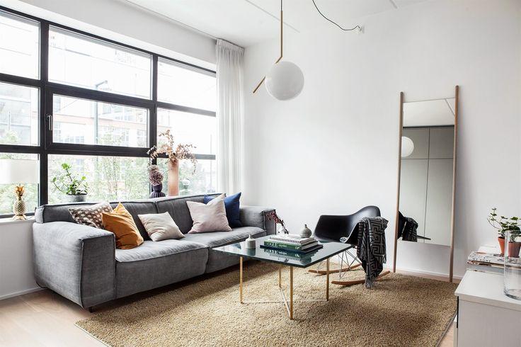 Interiör vardagsrum soffa spegel Hammarby Allé 53 B   Fantastic Frank