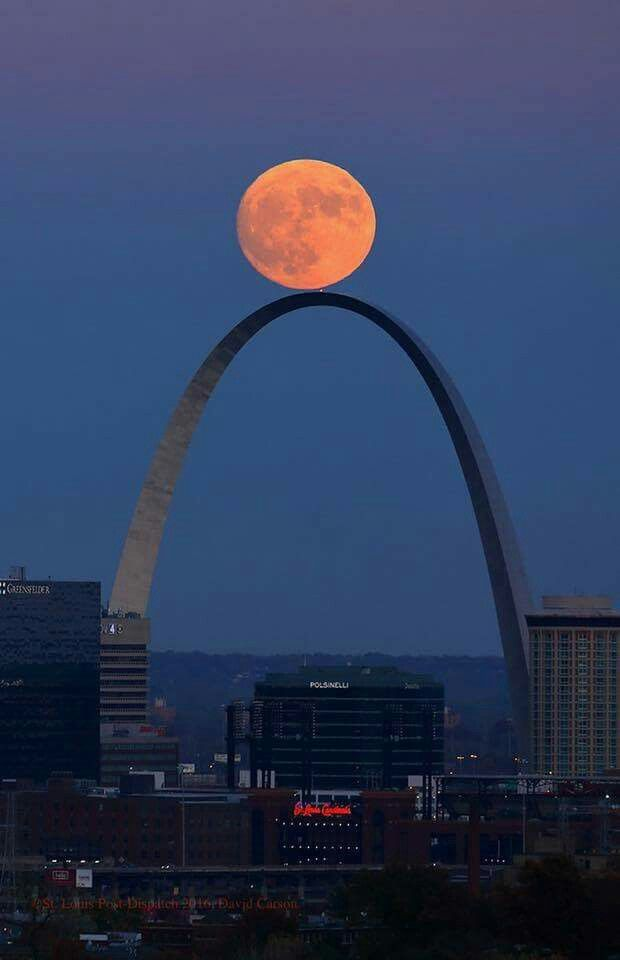 Super moon rises over Gateway arch in St. Louis  11/13/16