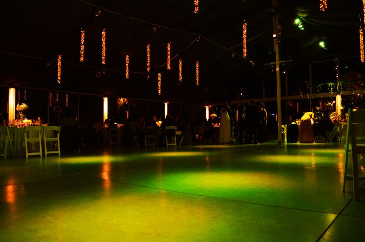 Iluminación Pista de Baile.  Mientras están en la comida, la pista de baile puede estar en otro tono de iluminación. #Matrimonio #Wedding #Novios #Novia #Musica www.mievento.cl :: contacto@mievento.cl