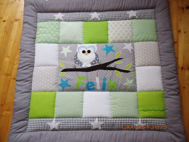 Liebevoll genähte Decke aus schönen bunten Baumwollstoffen mit Applikationen. Die Maße der kleinsten Decke für den Kinderwagen mit 1,5 cm. Volumenvlies betragen 75 cm x 50 cm. Die Decken ab 95 x 95...