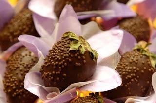 morangos, nutela. frigorifico. banho de chocolate branco, chochitos brancos