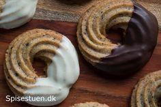 Lakrids kranse. Dyppet i chokolade. Recipe in Danish.