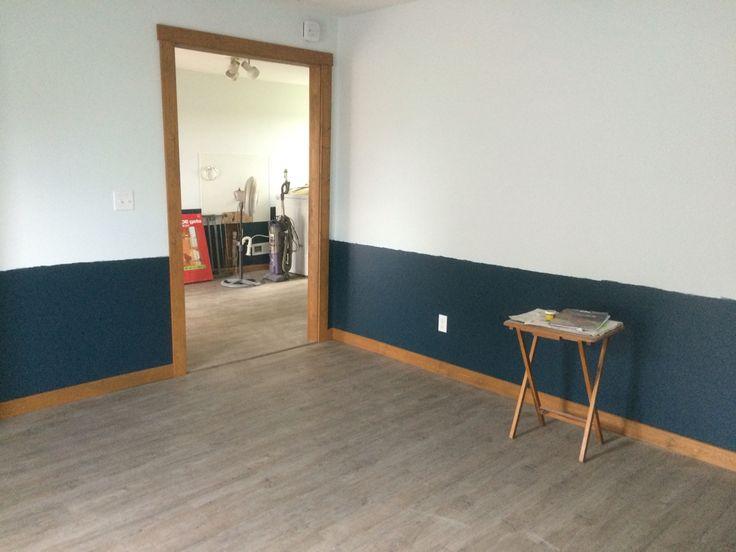 accessible sitting area with vinyl laminate flooring and wide doorways - Geflschte Hartholzbden Ber Teppich