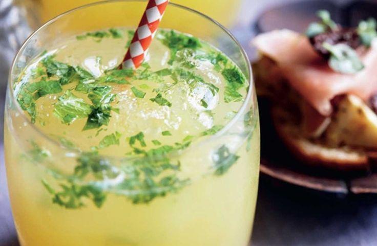 Den velkendte mojito har fået selskab af en frisk ananasjuice, og er blevet til den lækreste ananas-mojito - den perfekte velkomstdrink, når du inviteret venner og familie til hyggelig smavær
