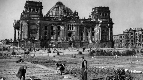 1946: kriegszerstörtes Reichstagsgebäudes; im Vordergrund Kleingartenkolonie auf dem abgeholzten Tiergartengelände.