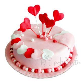 Martipan roz si inimioare colorate asezate pe glazura perfecta