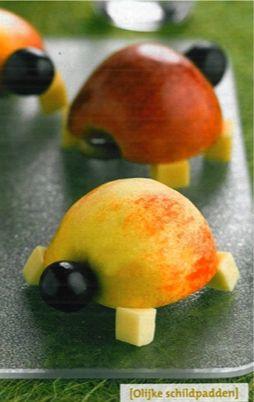 Was de appels en snijd ze door midden. Snijd van een grote winterwortel per schildpad 4 blokjes. Zet deze met prikkers onder de halve appel vast als pootjes. Prik een druif vast als hoofd en maak met stukjes prikker ogen.