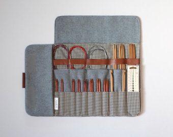Ein Projekt Tasche, um an Ihrem Handgelenk...  Es macht Ihre Projekte portable, so dass Sie überall, an der Bushaltestelle, in einem Wartezimmer und natürlich zu Hause stricken können. Diese Tasche macht es einfach, ohne Ihre gehen überall Knäuel stricken. Es wirkt wie eine Schüssel mit Garn, sondern in einer to go Weg.  Diese Tasche ist reversibel, Eisenbahn Stil Baumwolle auf der einen Seite und natürlicher Baumwolle auf der anderen. Es hat eine Leder-Tag auf der Seite.  Sie können ihn für…