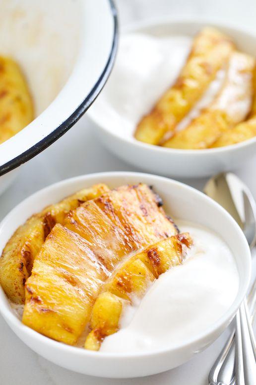 Desayuna con energía con piña glaseada y yogurt.