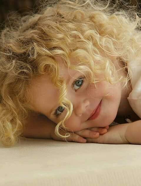 Gülmüyorsa hayat yüzümüze Sıkıntı yok Biz güleriz hayatın yüzüne Mavi mavi gülümsemek iyidir Kara kara düşünmektense .. :)