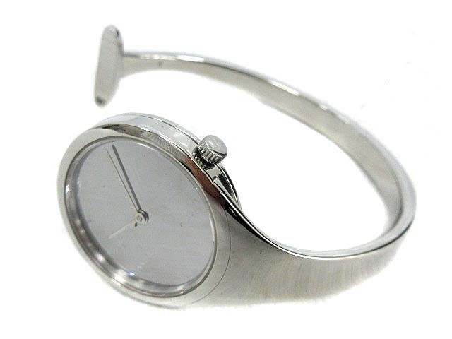 これの前にPINしたメルセデスの時計を見付けて20年振りに「ジョージジャンセン」のこの時計を想い出した。当時はジュエリー営業仲間の女性が身に着けていた。メルセデスも知ってか、知らなかったかは不明だけど、発想は同じだな。ジョージジャンセンの銀製品はほんとうに良かった。20年振りの想い出した。OH!ショップ見たら今も主力で販売してるんだ!懐かしいなあ。