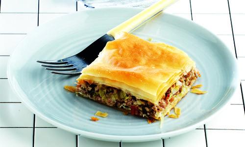 Η απόλυτη πίτα του χειμώνα που συνδυάζει τον κιμά με τη γλύκα του πράσου και της γραβιέρας μαζί με ελαφρά αρώματα μπαχαρικών και καπνισμένου αλλαντικού. Θα την αγαπήσουν μικροί και μεγάλοι