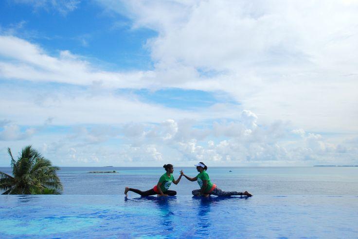Pigeon pose on the edge of infinity pool #Maldives #indianocean #rooftop #yoga #asana #seasoninfinity #ayogafitness #balance #retreat