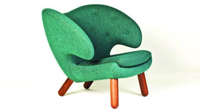 Fasciné par le sculpteur Jean Arp, Finn Juhl a souhaité lui rendre hommage avec ce fauteuil Pelican, datant de 1940. Avec sa forme organique expressive, elle incarne un sens de la forme novateur pour l'époque.