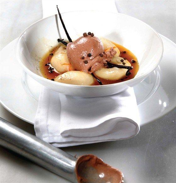 Запеченные груши с шоколадным мороженым и оливковым маслом