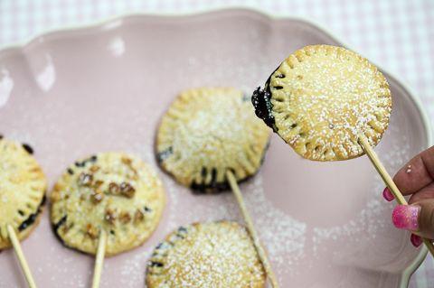 Leivo mustikkapiirakka hauskoiksi annostikkareiksi.  Ripottele pinnalle halutessasi pähkinärouhetta tai raesokeria: Mustikkapiiras-tikkarit
