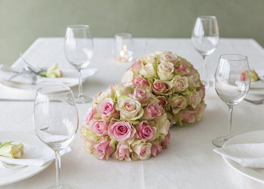Vakre rosedekorasjoner i lys rosa.