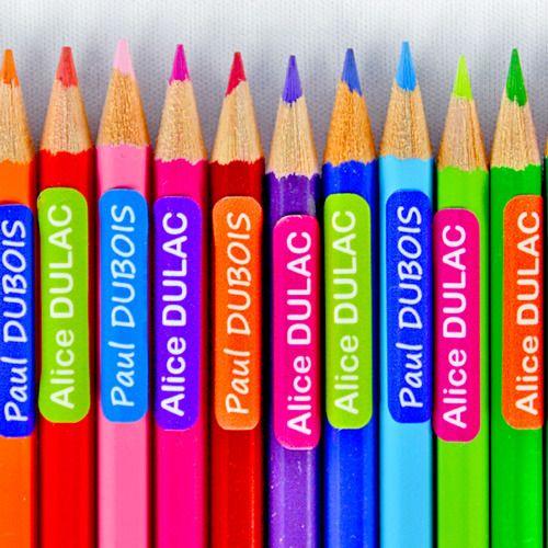 Les étiquettes autocollantes Mini Format Stikets sont idéales pour marquer les feutres, crayons de couleur, ciseaux, calculatrices et autres fournitures scolaires.