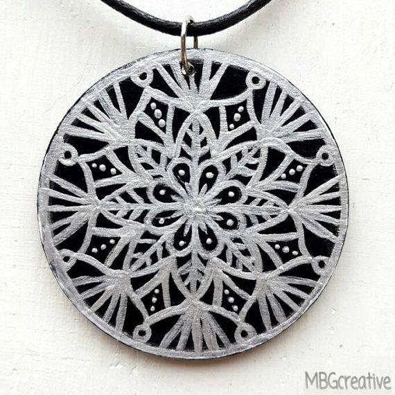 Bekijk dit items in mijn Etsy shop https://www.etsy.com/nl/listing/501983507/necklace-with-handpainted-wooden-pendant