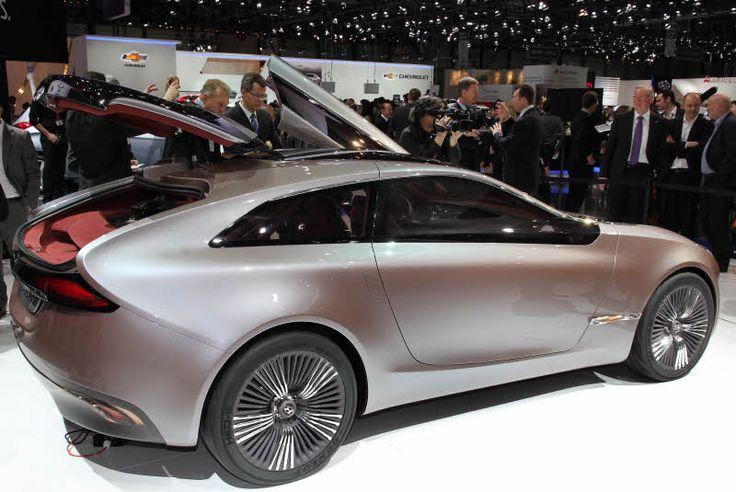 Im Jänner wird er in Korea zu sehen sein, im März in Genf: Hyundai präsentiert mit dem Ioniq (im Bild: Das Concept Car aus dem Jahr 2012) das erste Fahrzeug, das drei  Antriebsarten vereint: Elektroantrieb, Hybrid mit Benzinmotor sowie Plug-in-System. Als Unterbau dient dem Fahrzeug eine völlig neue Plattform, die eigens für das Antriebs-Trio gefertigt worden ist.