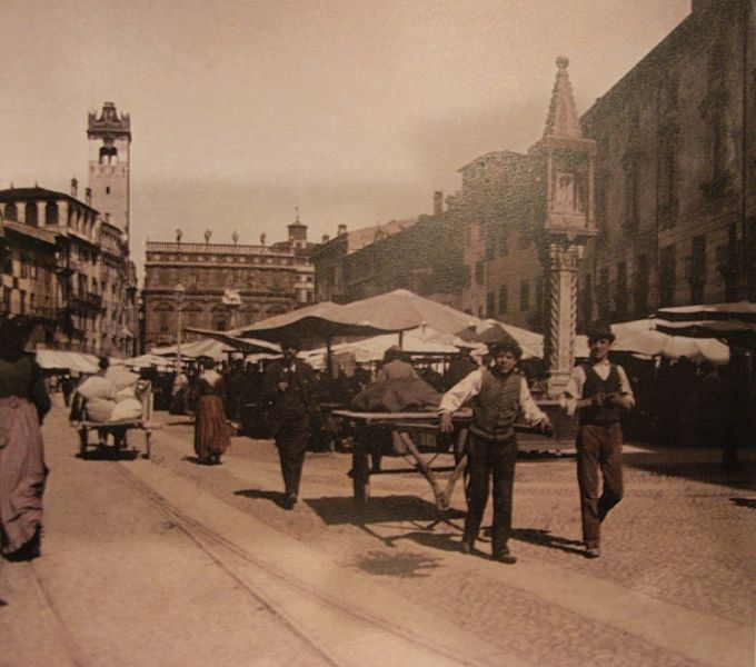 Verona - piazza Erbe nel 1897 foto scattata dal fotografo  Frantisek Kràtky l' Italia a colori - ed. Alba Pratalia