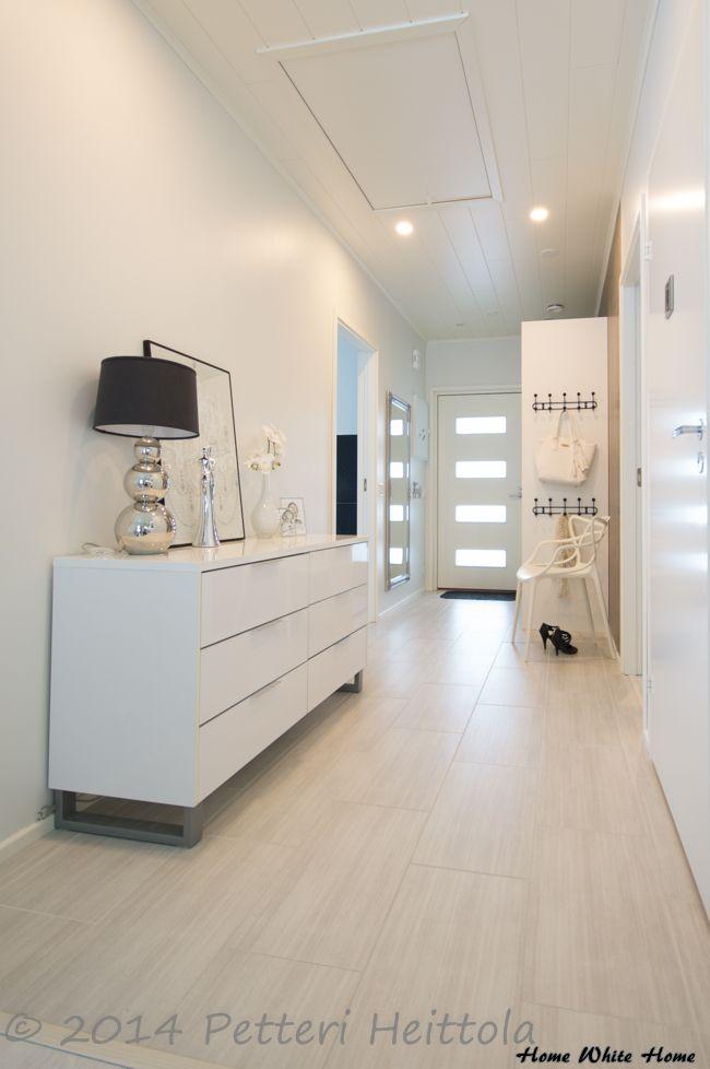 Hieno vaalea eteinen. Home White Home - blogista, kuvaajan nimi kuvassa.