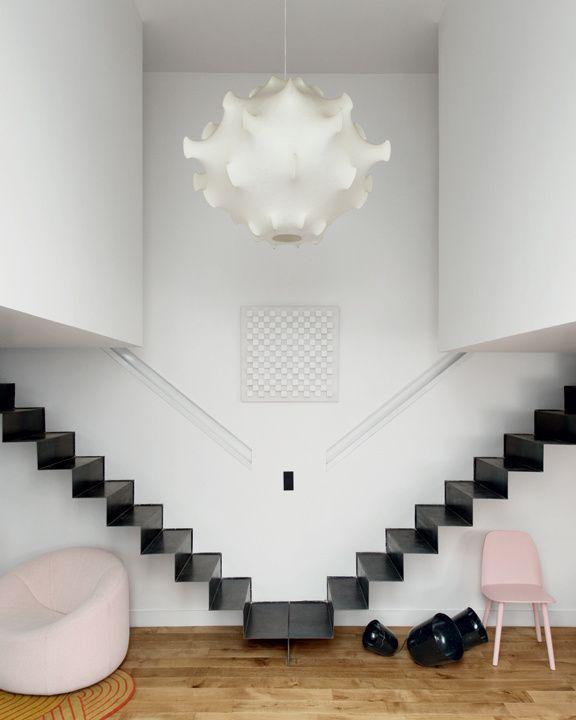 Appartement Paris, architecte d'intérieur Fleur Delesalle © Vincent Leroux (AD n°114 février-mars 2013)- recessed railing and steel staircase
