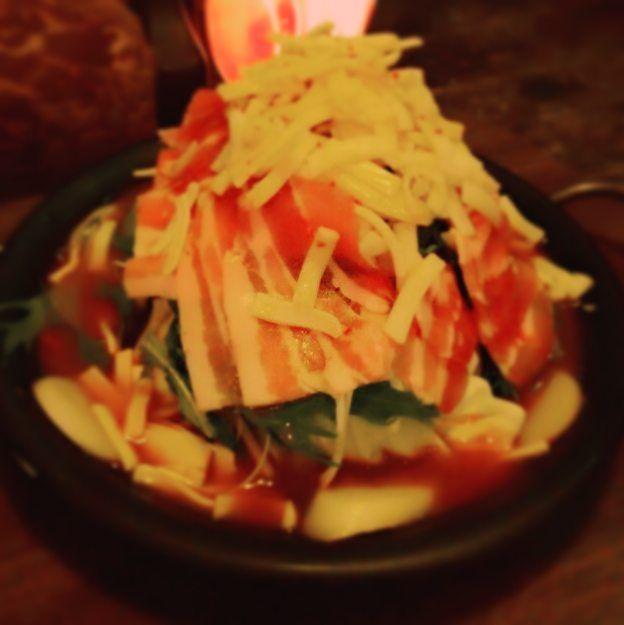 ハッピーハロウィン!! 寒くなりましたねぇ  そんな日はこれ❤ 『チーズとお肉ターっプリ☺ピリ辛鍋』 いかがですかー? お肉とチーズがもうたまりません🙌 今日は週末なので朝の6時までです💡 今年はどんなハロウィンの仮装が見れるか楽しみだなー☺ #ハロウィン#鍋#鹿児島#アポロ#天文館#韓国#チーズ#肉#肉肉#冬
