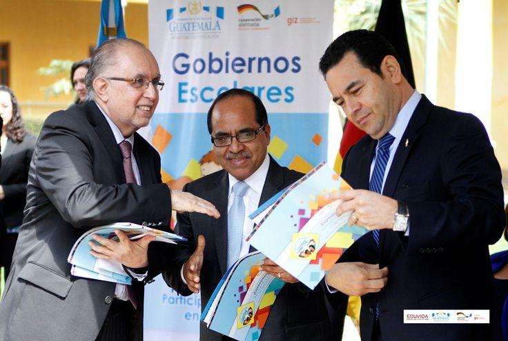 Luis Enrique López-Hurtado, director de EDUVIDA, entregando el manual de Gobiernos Escolares al Ministro de Educación, Óscar Hugo López, y al Presidente de Guatemala, Jimmy Morales.