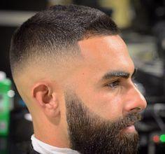 Con la barba en suspensión y un degradado matador. | 20 Estilosos cortes de pelo que todo hombre debería experimentar en su vida