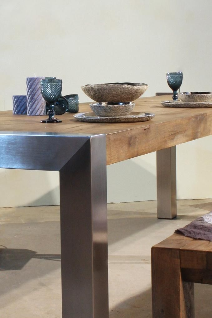 Stoere eiken tafel met RVS poten. Deze RVS tafel heeft een prachtig sober maar toch artistiek & industrieel ontwerp. Een ontwerp waar hout en rvs, rustiek en modern, strak en stoer, bij de tijd en tijdloos vloeiend in elkaar overgaan. Een prachtige combinatie die past in een modern interieur van gezellige mensen. Want het vergrijsde eikenhout breekt de kilheid en brengt de hartelijkheid in huis. Ook te gek om te gebruiken als buitentafel op je terras in de tuin. Deze tafel is erg origineel…