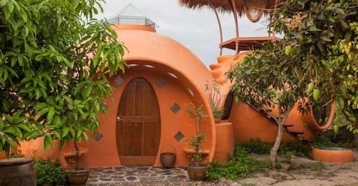 Um ex-comissário de bordo construiu a casa dos sonhos por pouco menos de US$ 9 mil (cerca de R$ 18 mil), na Tailândia. Por fora, a casa lembra um ninho de joão-de-barro
