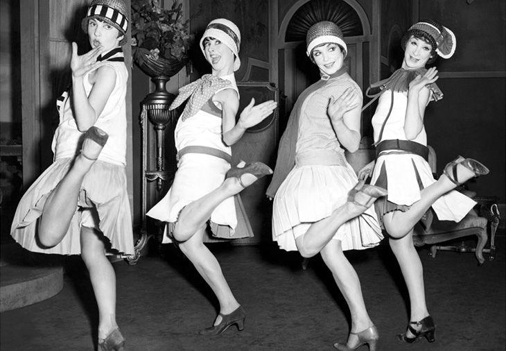 Poderosas, independientes, libres y de pensamiento crítico. Las Flappers surgieron como parte de un movimiento feminista que buscaba derechos para las mujeres, durante la década de los 20 en Estados Unidos y el mundo.  The post Las Flappers, mujeres de vanguardia que hoy día siguen inspirándonos appeared first on Bleu & Blanc: Descubre el placer de vivir un lifestyle de lujo. Louise Brooks, Vegas Showgirl, Isadora Duncan, Flapper Style, 1920s Flapper, Flapper Fashion, Flappers 1920s, Flapper Girls, Flapper Dresses