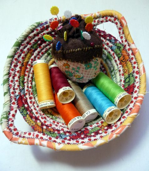 Combine fabric strips and clothesline to make these sweet fabric bowls. Here's the step-by-step tutorial!