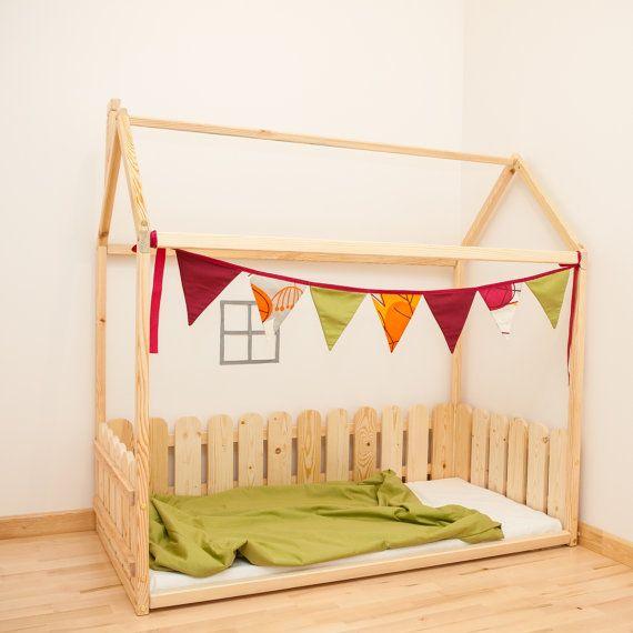 Montessori wieg grootte vloer bed is een geweldige voor baby kamer interieur waar kinderen kunnen slapen en spelen. Het is een uniek geschenk. Dit schattige bed-huis zal maken de overgang van babybed naar een bed soepel. Bed is ontworpen volgens Montessori principes van onafhankelijkheid-gebouw, het bespaart u een heleboel ruimte op babys kamer en u hoeft niet te vrezen dat uw baby uit het bed kan rollen. Orde omvat bed frame, maar bevat geen accessoires in fotos en matras.  MATERIAAL: Bed…