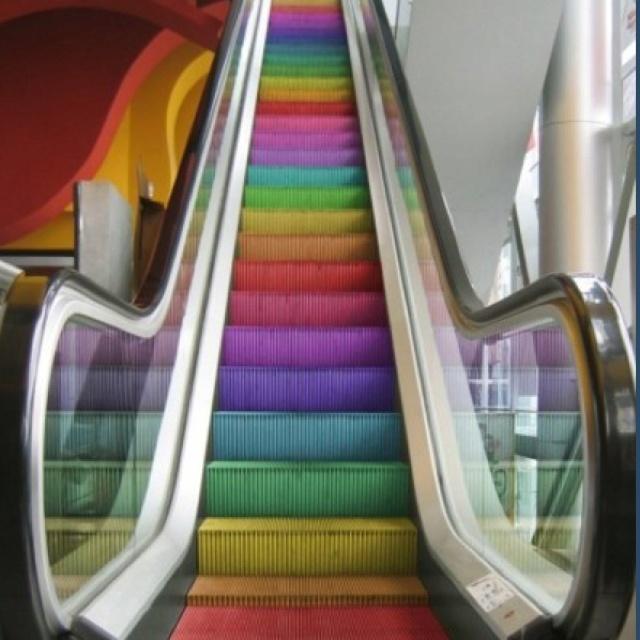 escalera mecánica multicolor